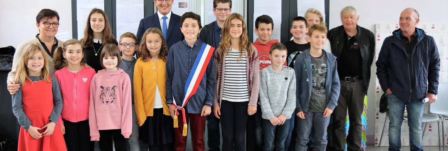 Le Conseil Municipal des Jeunes Des enfants de Rives-en-Seine participent et donnent leurs avis concernant les projets de la commune !   Encadrés par la 1